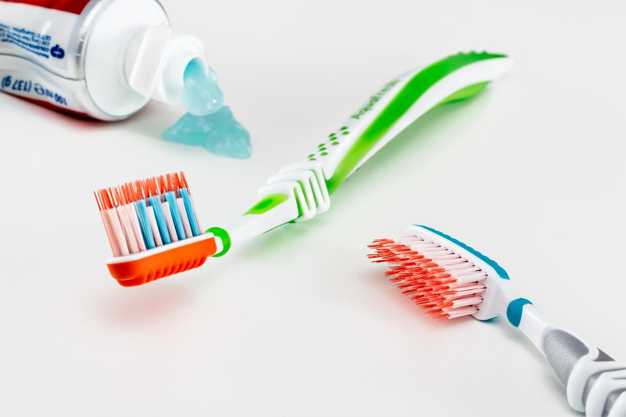 Mit einer Schallzahnbürste deutlich besser Zähne reinigen können